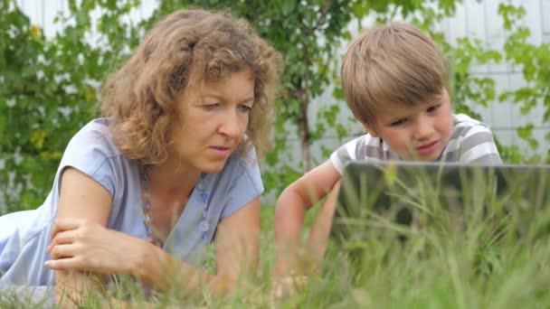 Családi háttér. Anya és a gyermek fogalmát. Technológiák és a gyermekek.