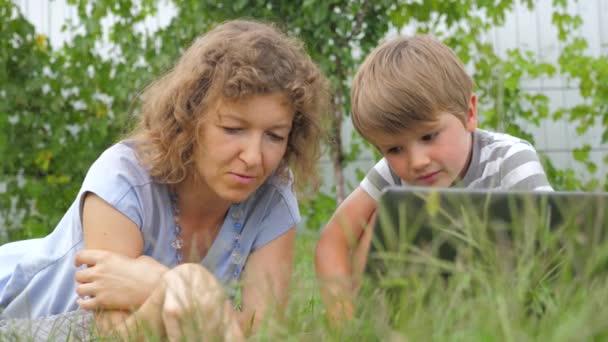 Családi háttér. Anya és a gyermek fogalmát. Technológiák és a gyermekek. Vakcinázási háttér.