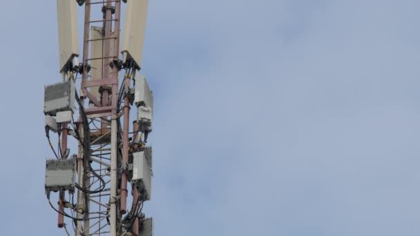 Telekommunikationsturm. Telefonstange. Telekommunikationsturm mit Antennen der zellulären Kommunikation am Himmel