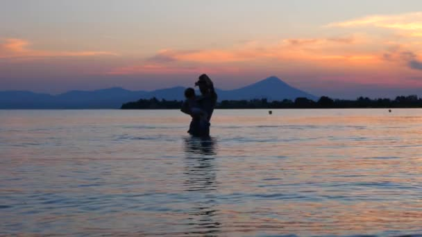 Otec s dítětem, který stojí v mořské vodě. Cestování s dětmi. Letní dovolená s dítětem. Dítě s otcem na pozadí. Šťastný rodinný koncept. Šťastné dětství.