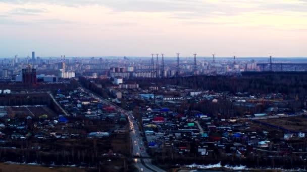 Letecký pohled na Evropské město s malými domy a vysokými budovami v dálce.