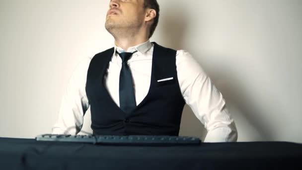 junger Bürokaufmann, der am Desktop-Computer arbeitet. Lächelnder Geschäftsmann tippt auf der Tastatur am Computer im modernen Büro. glücklicher Mann schreibt eine E-Mail in seinem neuen Büro.