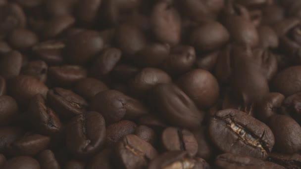 kávová zrna makro. Brown pražená kávová zrna. Detailní záběr kávová zrna. Mnoho kávová zrna.