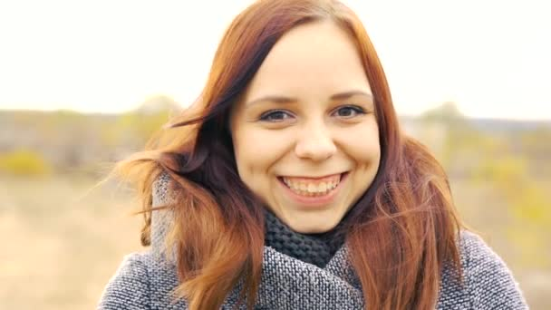 Mädchen auf einem Hintergrund aus gelben Blättern von Herbstbäumen. Herbst-Fototermin. Frau geht im Herbst ins Freie