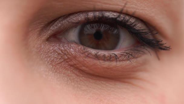 Detail Karego oči krásné mladé ženy. hnědé oči velmi blízko. Lidské oko, makro fotografie