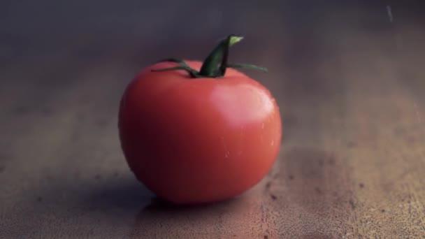 A fából készült háttér piros paradicsom koncepció: friss zöldségek, egészséges táplálkozás.