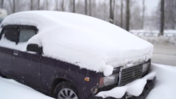auto je přední část zapadlá ve sněhu po bouři. Auto pokryté sněhem po velké sněhové bouře.