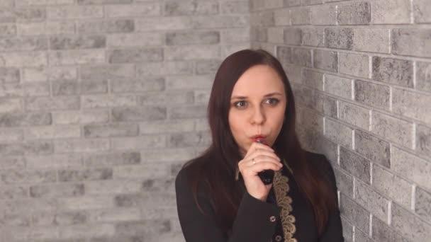 Mädchen raucht E-Zigarette. Frau raucht Zigarette