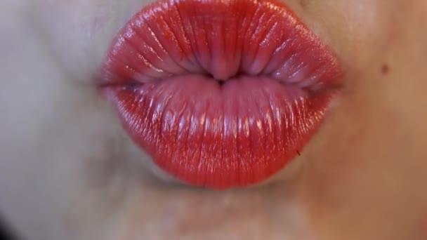 Frauenlippen in Großaufnahme. Kuss. Schönheit Modell Frauen Gesicht Nahaufnahme