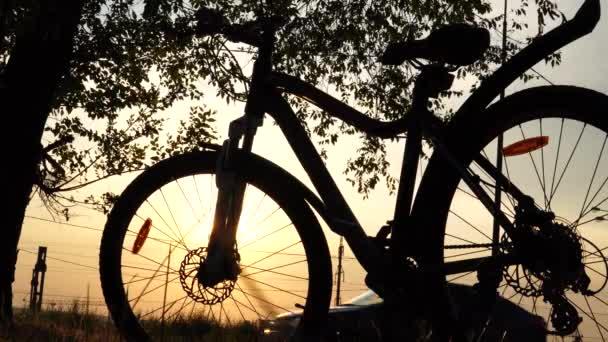 Krásné úzké scénu kol při západu slunce