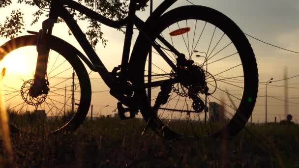 Krásná zblízka scéna z kola při západu slunce, slunce na modré obloze s vintage barev, silueta kola vpřed na slunce.