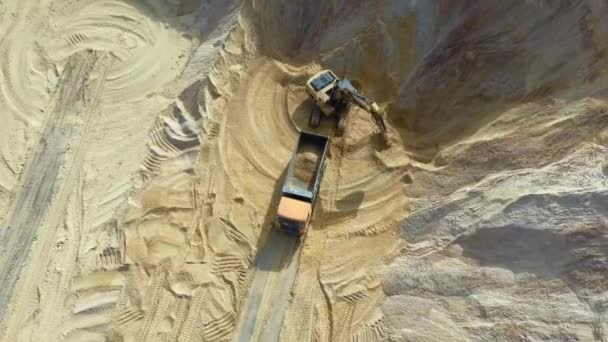 Schweres Gerät - Bagger und LKW arbeiten im Sandbruch.