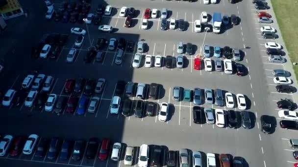 Ein Blick von oben auf den Prozess des Parkens. Starker Verkehr auf dem Parkplatz. Auf der Suche nach Stellplätzen auf dem stark frequentierten Parkplatz. Parkplatzberatung. Parkplatzsuche im belebten Geschäftszentrum