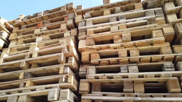 Használt fa raklapok a raktárban. A fa raklapjának átfedése.