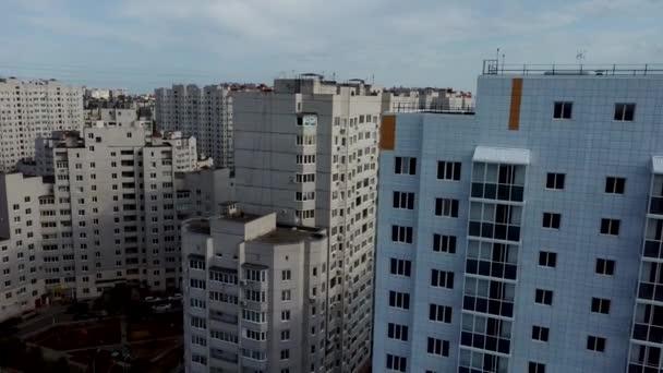 Moderne Mehrfamilienhäuser an einem sonnigen Tag. Fassade eines modernen Mehrfamilienhauses. Wohngebäude moderne Wohnung Eigentumswohnung Architektur