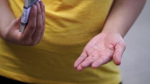 Közelről a nő kezét tapsoló pénzt másrészt. Időintervallum.