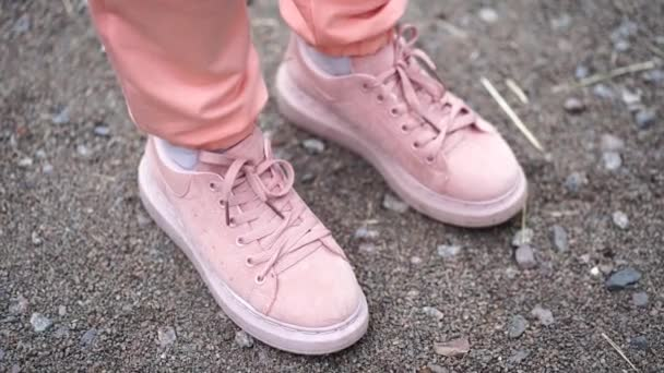 Nahaufnahme einer Frau in rosa Turnschuhen