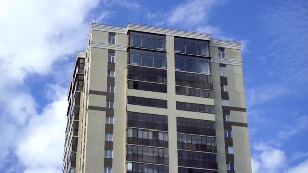 Modern apartman épületek egy napsütéses napon, kék égbolttal. Egy modern apartmanház homlokzata. lakóépület modern apartman társasházi építészet.