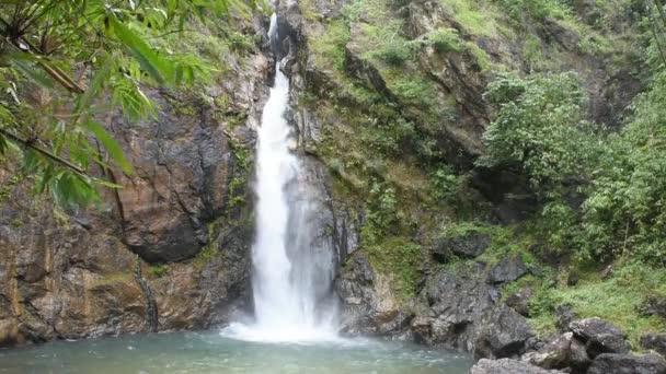 Wasserfall, der aus den Bergen am Jokkradin Wasserfall im Thong Pha Phum Nationalpark, Kanchanaburi inthailand fließt.