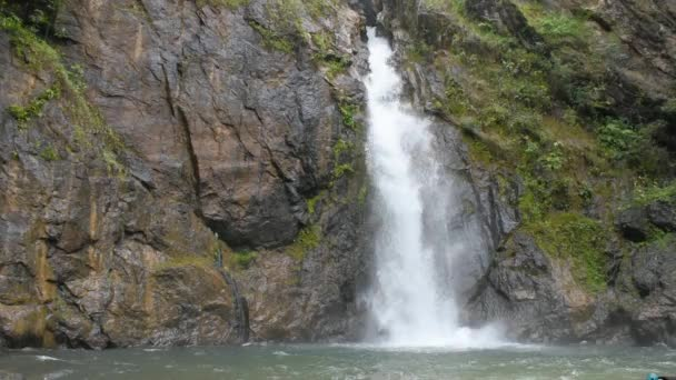 Vodopád, který protéká z hor Jokkradinský vodopád v národním parku Thong Pha Phum, Kanchanaburi inthajsko.