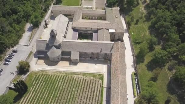 Letecký pohled na Senanque opatství se nachází v Provence, jižní Francii a levandulovými poli s vozidlem na úbočí