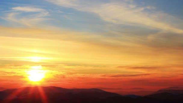 Zlaté slunce se dotýká hory při západu slunce. Zima v horách. Ukrajina Karpaty Dragobrat