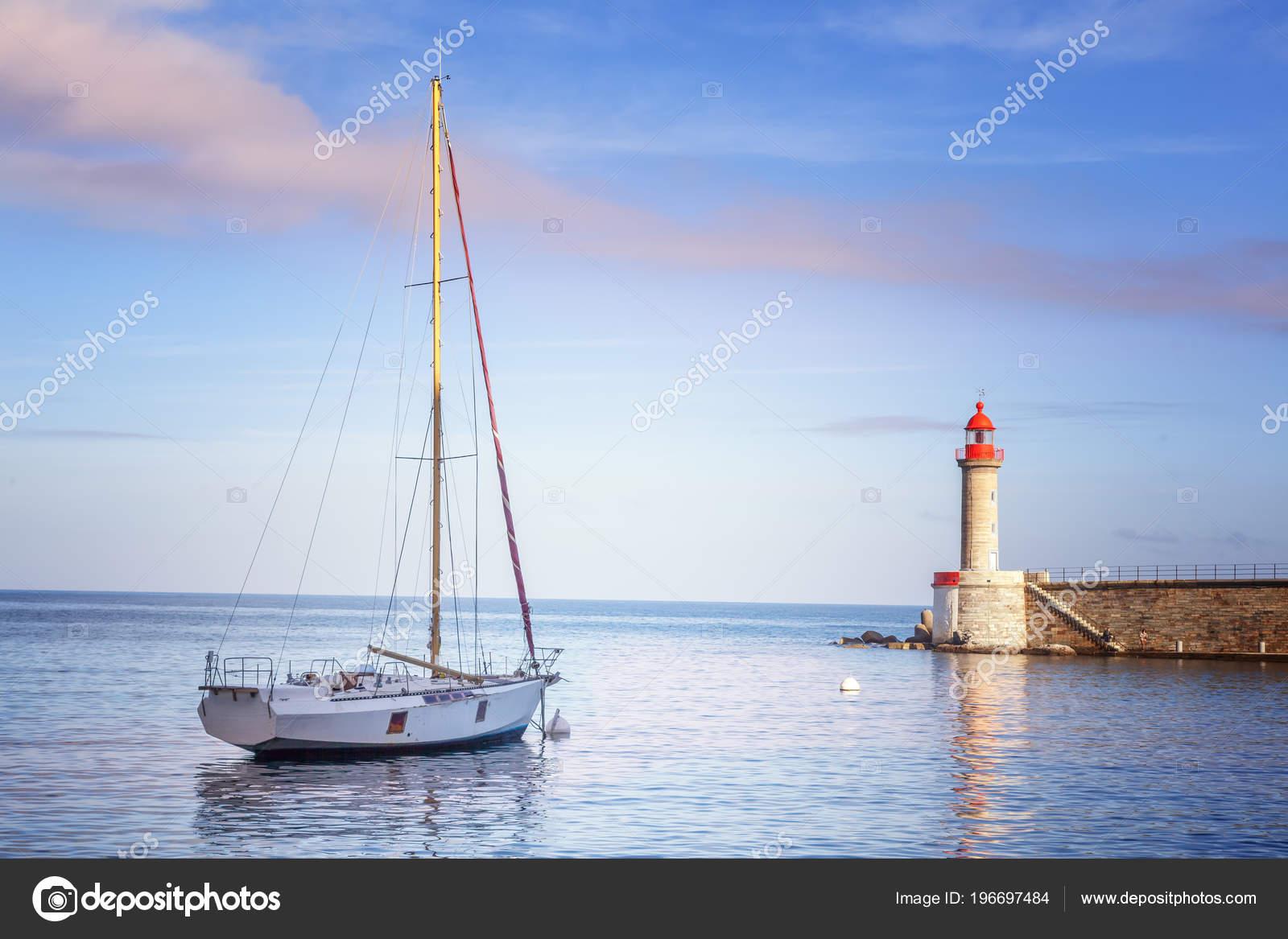 Foto Faro Bianco Bellissimo Yacht Sul Mare Sullo Sfondo Faro
