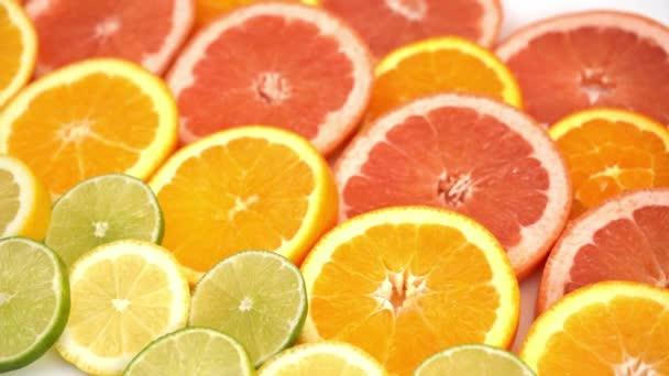 plátky pomeranče, grapefruitu a jiné ovoce