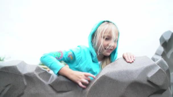 gyerekek játszanak a játszótéren