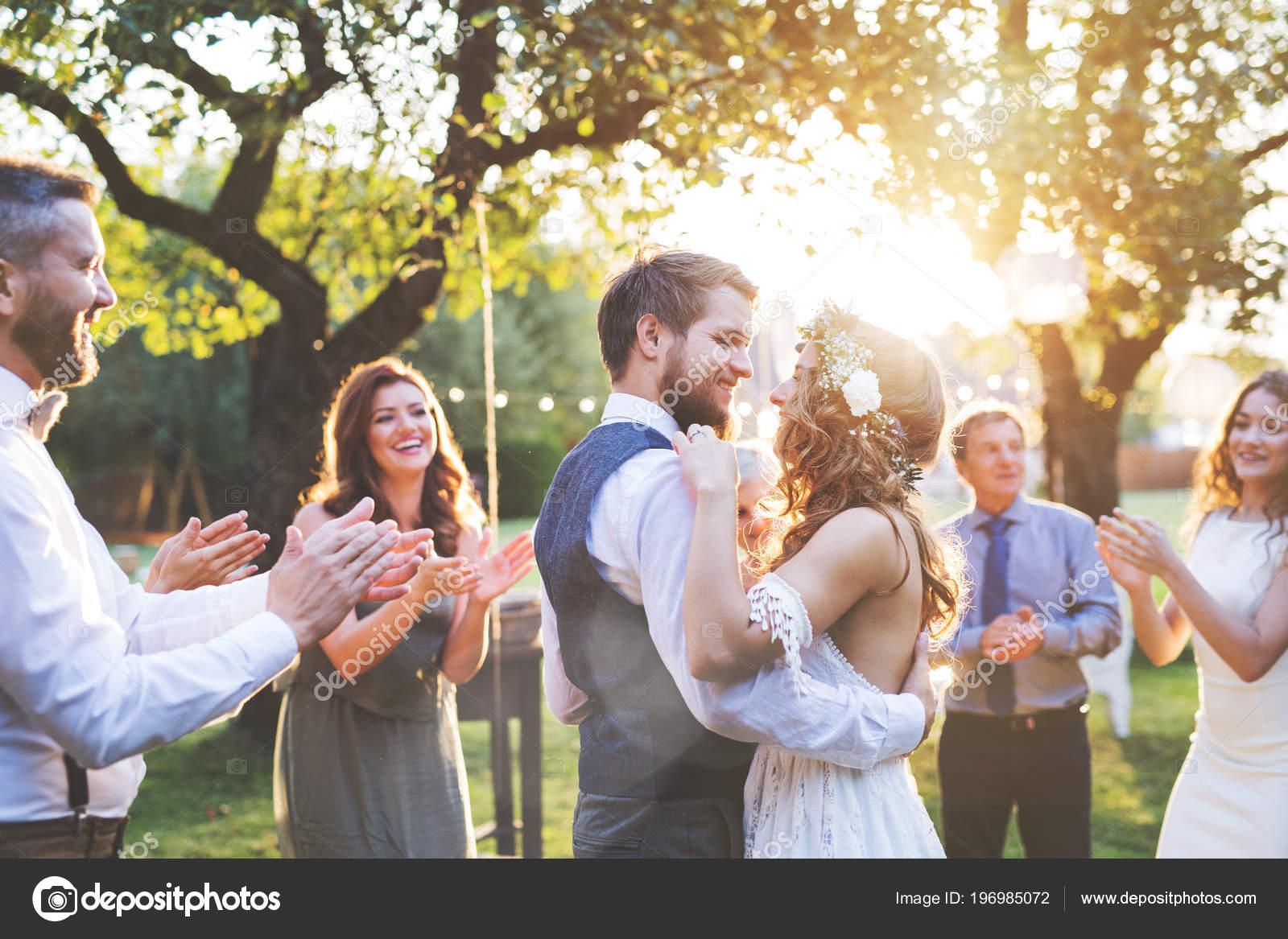Braut Und Brautigam Tanzen Bei Hochzeitsfeier Draussen Im Hinterhof