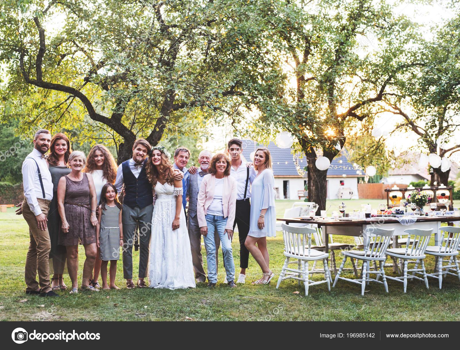 Braut Brautigam Gaste Posieren Fur Das Foto Bei Hochzeitsfeier