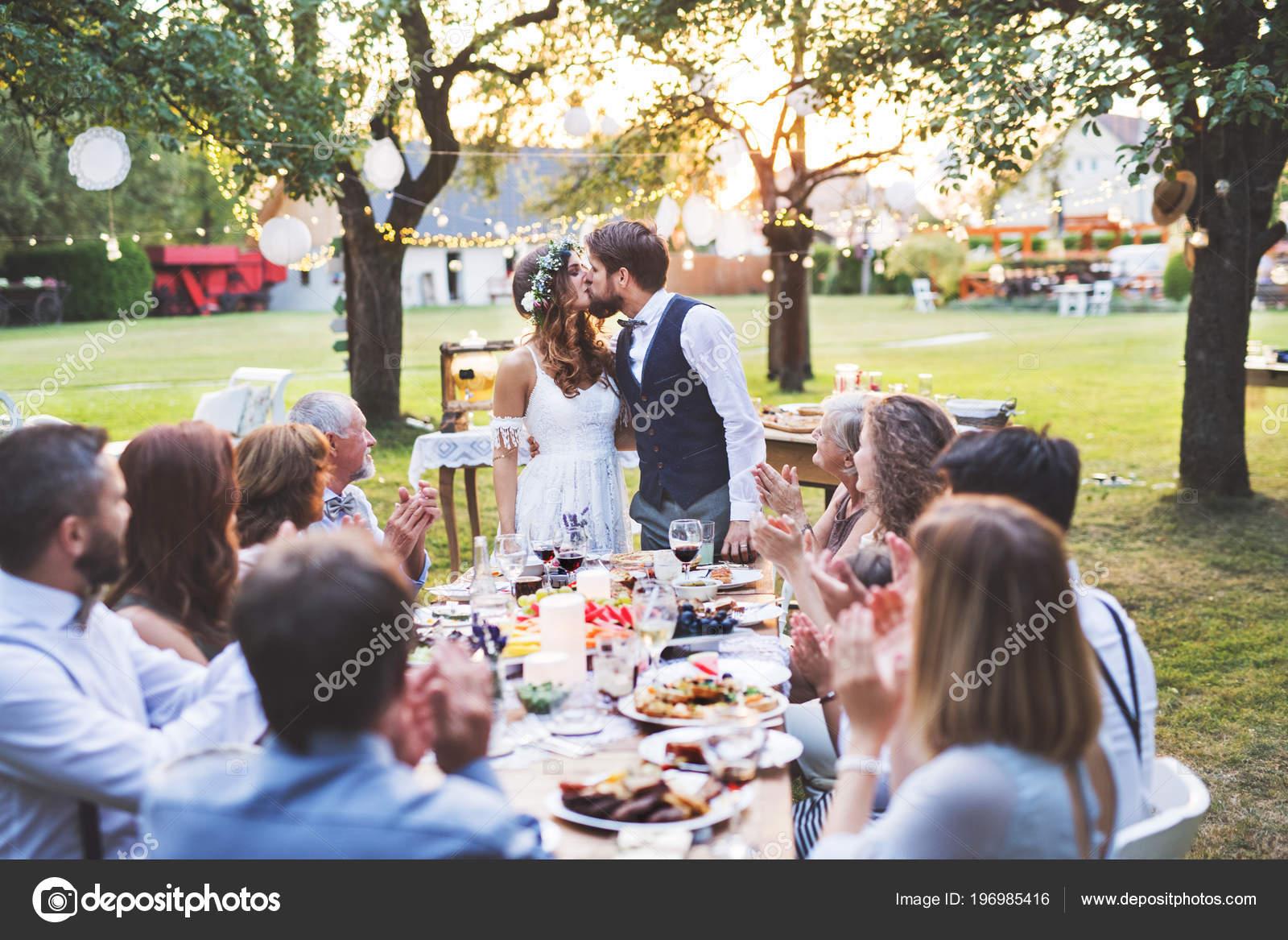 Braut Und Brautigam Mit Gasten Bei Hochzeitsfeier Draussen Im