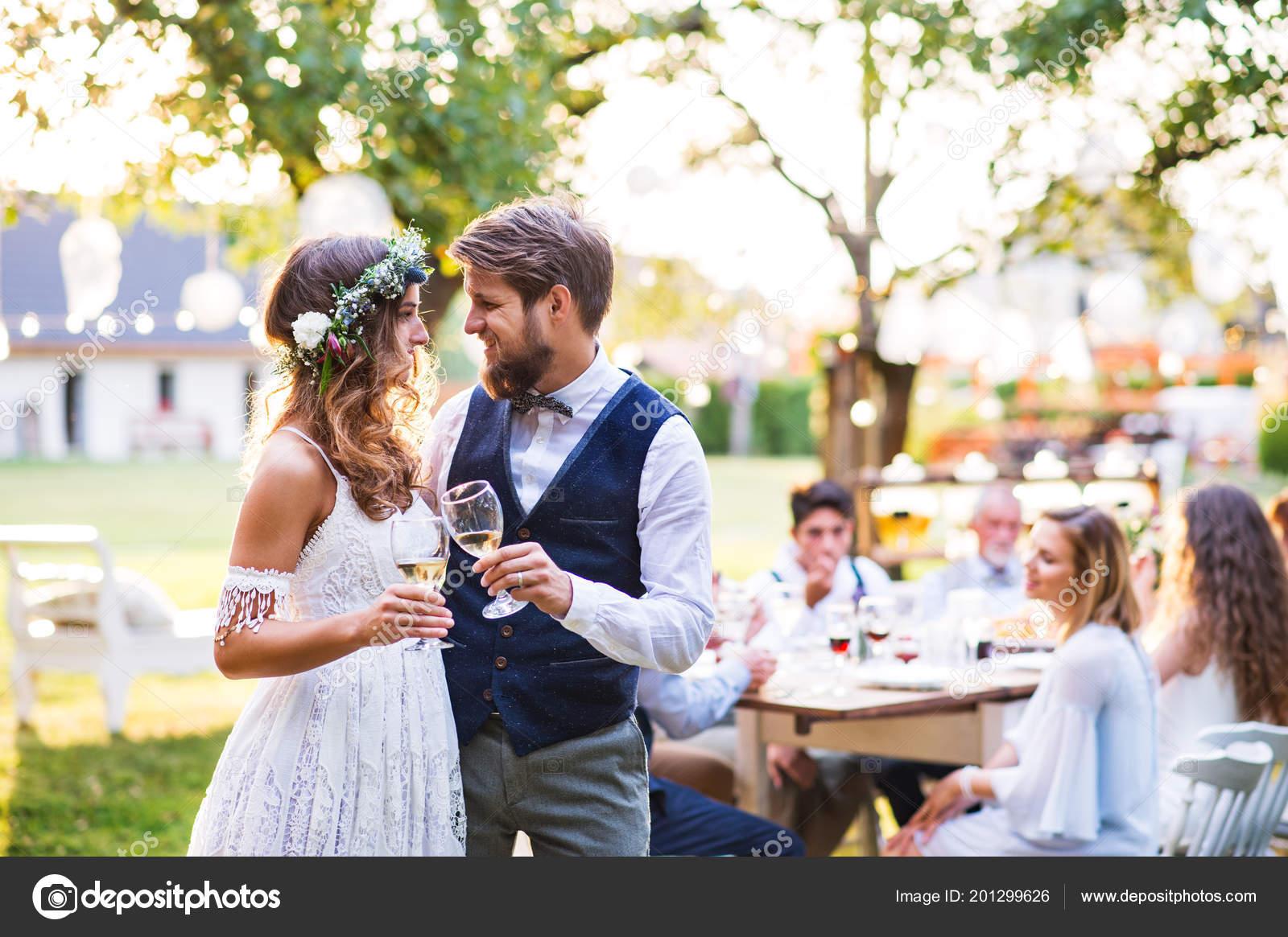 Braut Und Brautigam Klirren Der Glaser Bei Hochzeitsfeier Draussen Im