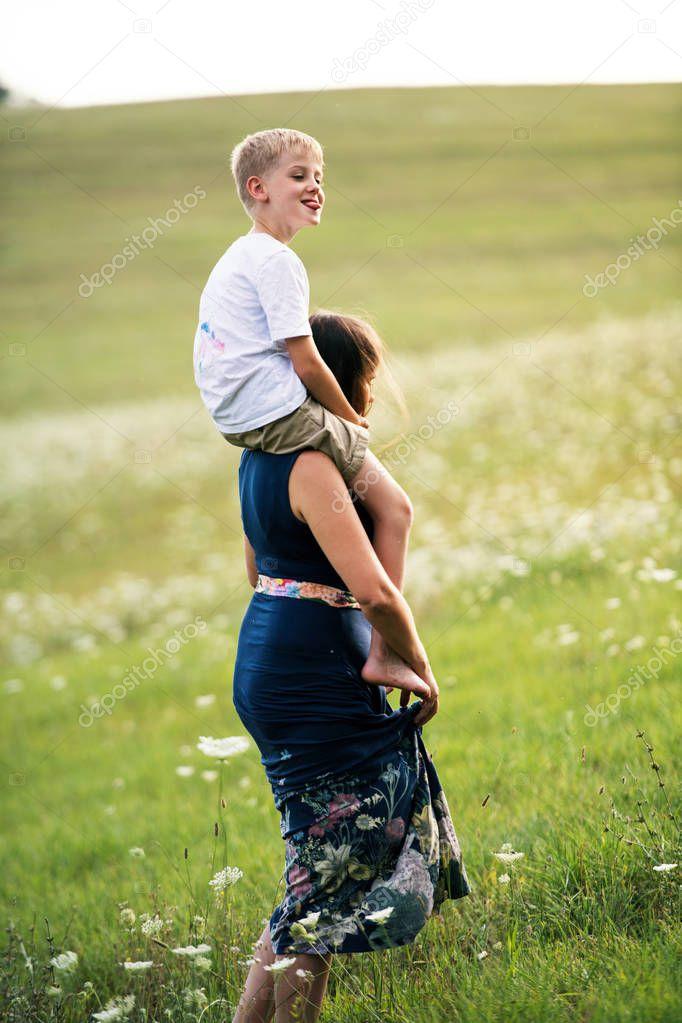 年轻的母亲3图片图库_一个年轻的母亲在夏天的日子里搭便车去大自然中的小儿子 ...