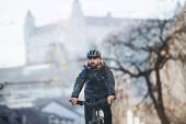 Fotografie männlicher Kurier mit Fahrrad, der Pakete in der Stadt ausliefert. Kopierraum.