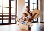 Egy apa és kisgyermek chidlren játszó doboz sík beltéri otthon.