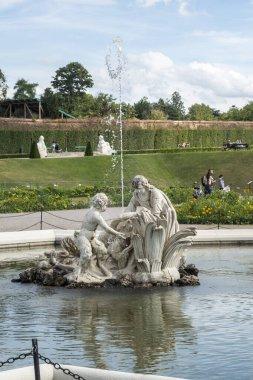 Viyana, Avusturya - Ağustos 2019 - Belvedere sarayı ve bahçeleri manzarası; güneşli da
