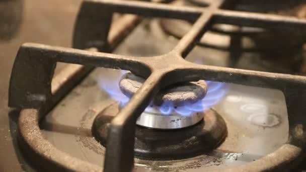 Senkung der Flamme auf die Küche Kochfeld Gasherd hautnah auf die Flamme.  Erdgas, die Entzündung im Ofen Gas-Brenner brennen