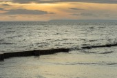 Photo Wooden beach groin semi submerged by tide at sunset. British Col