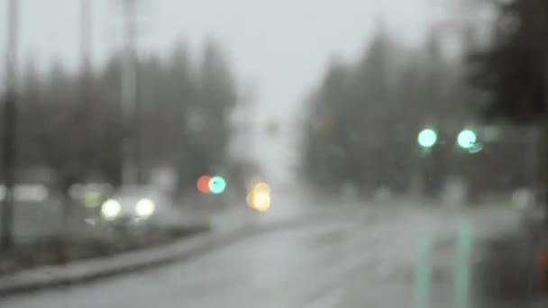 Bei starkem Regen durch gelbe Ampel fahren, durch Glas flach fokussieren.