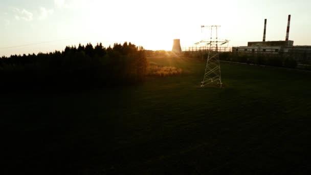 Stromleitungen bei Sonnenuntergang. Wärmekraftwerk. 33