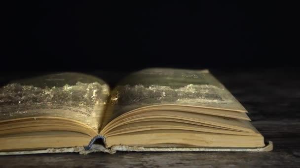 Romance v knize. Kniha je ve vodě. E kniha. Kouzelná kniha.