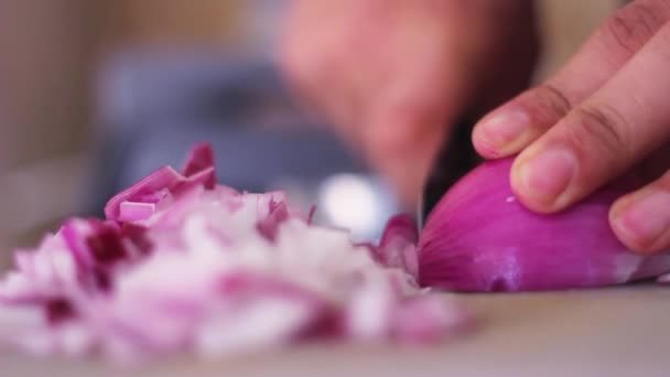 Mužská ruka sekat purpurovou cibuli v kuchyni zblízka