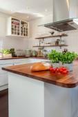 frische Kräuter, Brot und Tomaten auf Holzarbeitsplatte