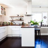 Fotografie kuchyni stylový interiér s tmavé dřevěné podlahy a bílé skříňky