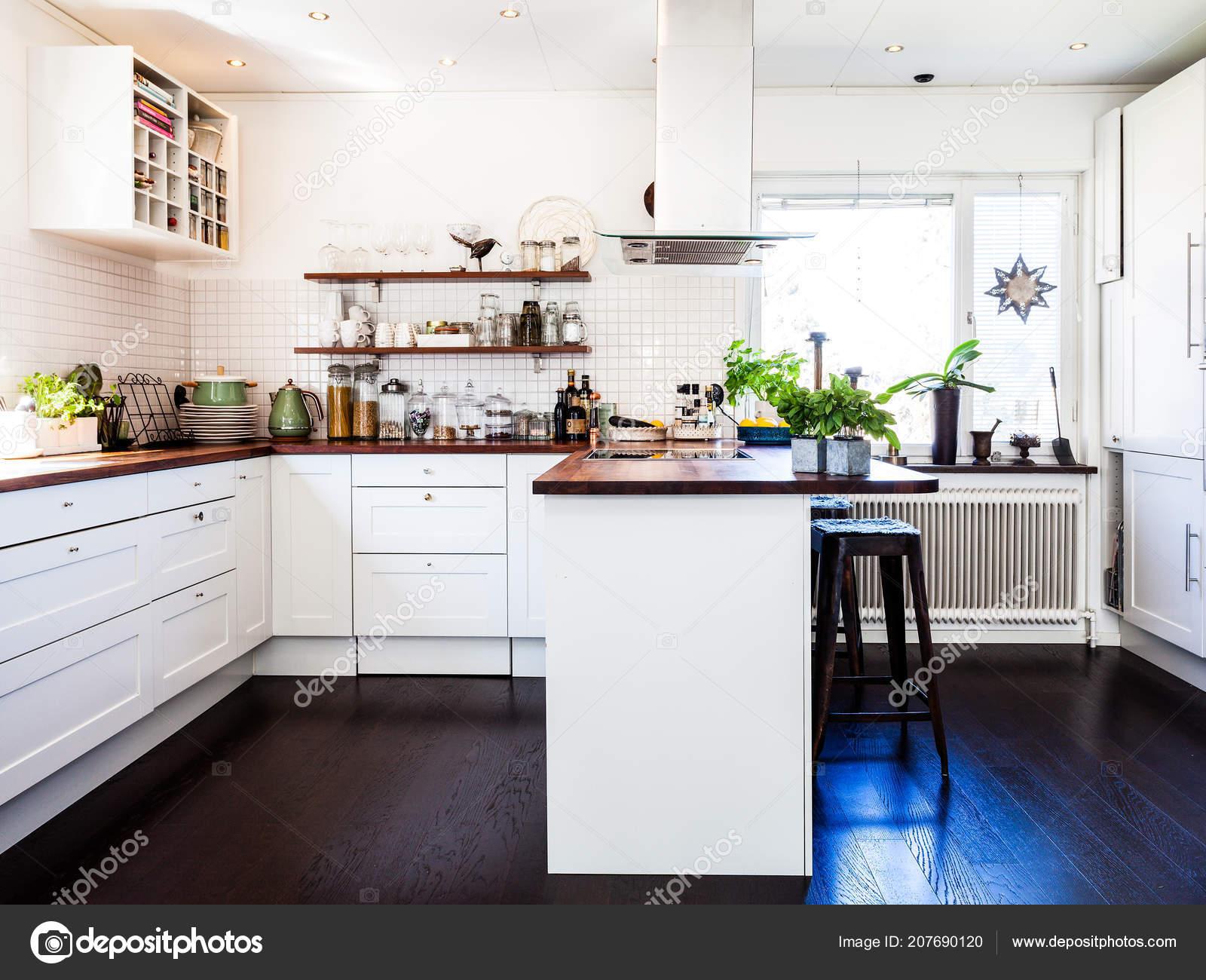 Stylowa Kuchnia Wnętrz Ciemne Drewniane Podłogi Białe Szafki