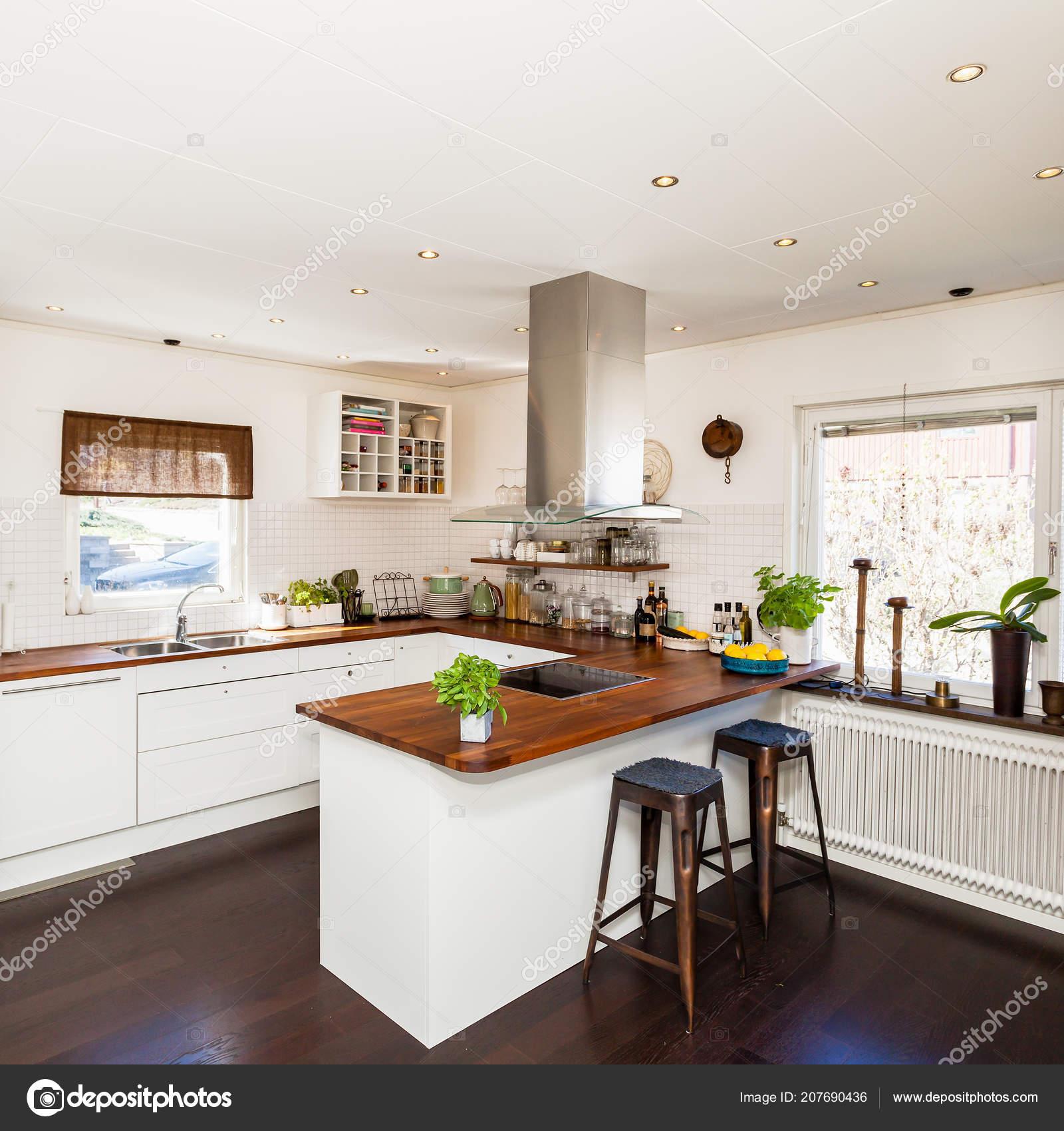 Ausgefallene Küche Mit Dunkler Boden Und Weißen Schränke Mit ...