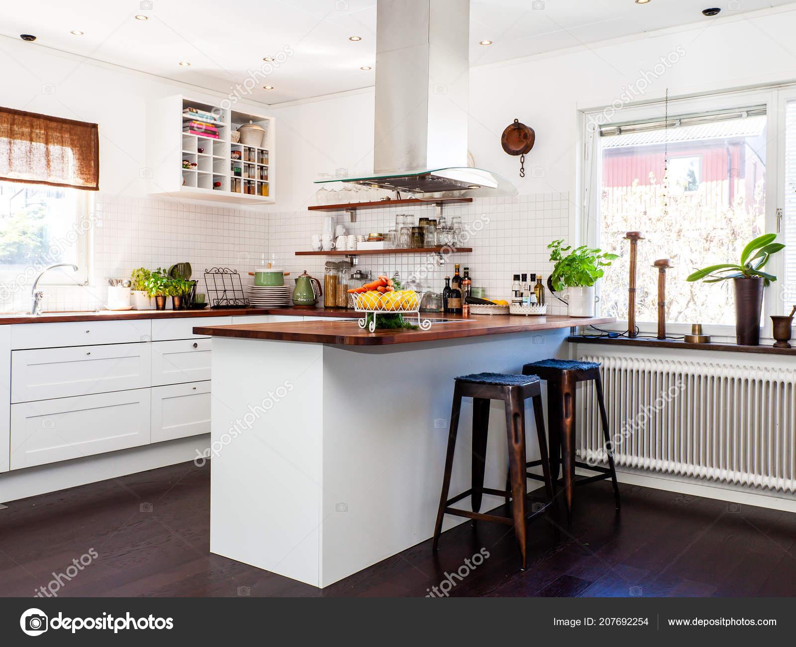 Fantazyjne Kuchnia Ciemna Podłoga Białe Szafki Drewniane