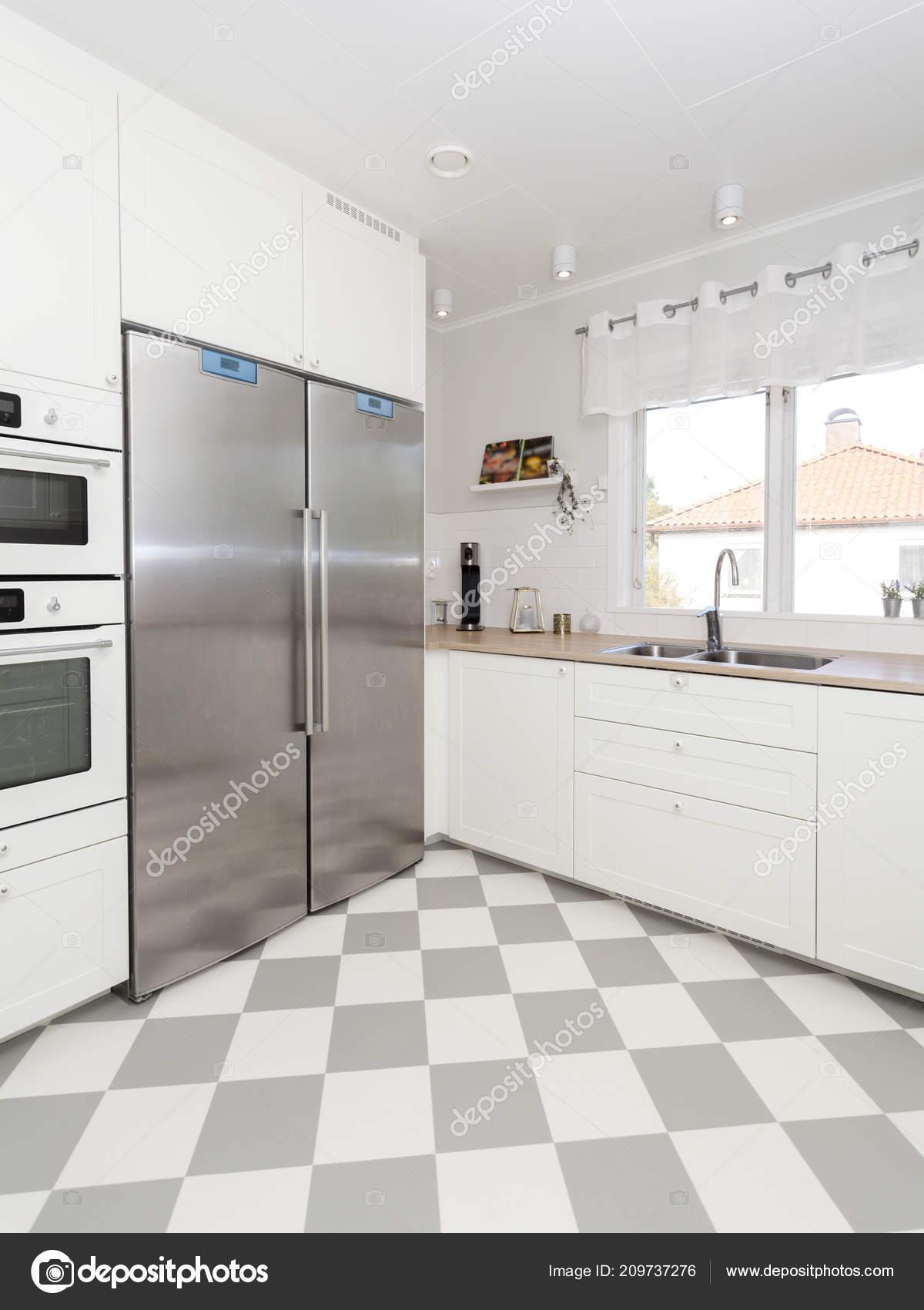 Interiore Fantasia Della Cucina Con Pavimento Controllato ...