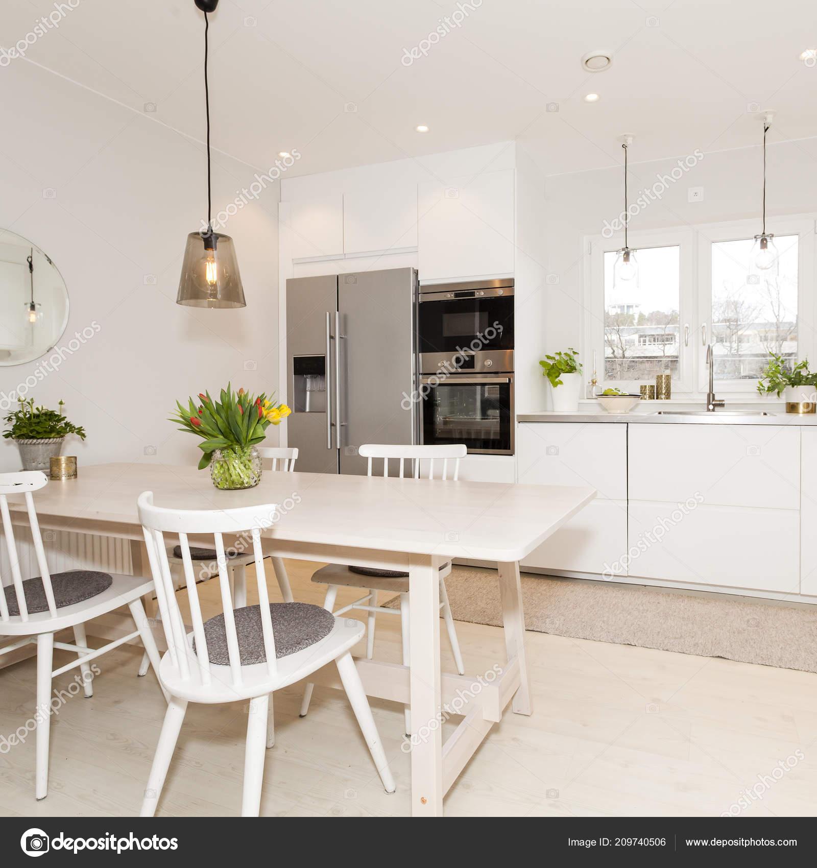 Ausgefallene Küche Interieur Mit Küche Tisch Und Stühlen — Stockfoto ...